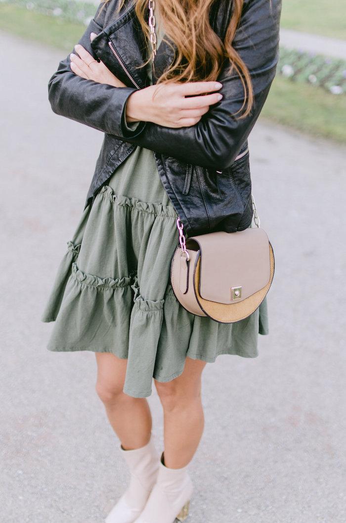 grünes kleid mit lederjacke